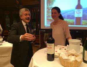 Massimo D'Alema parle de son vin avec la sommelière Ludivina Weh