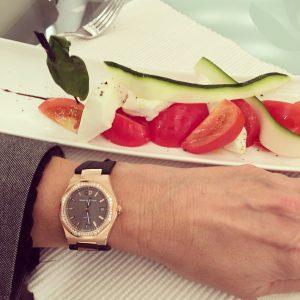 Tomates mozzarella et montre Laureato de Girard-Perregaux